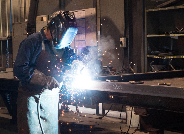 Soudeur en action chez ABM Enviro | Soudure et métaux ouvrés