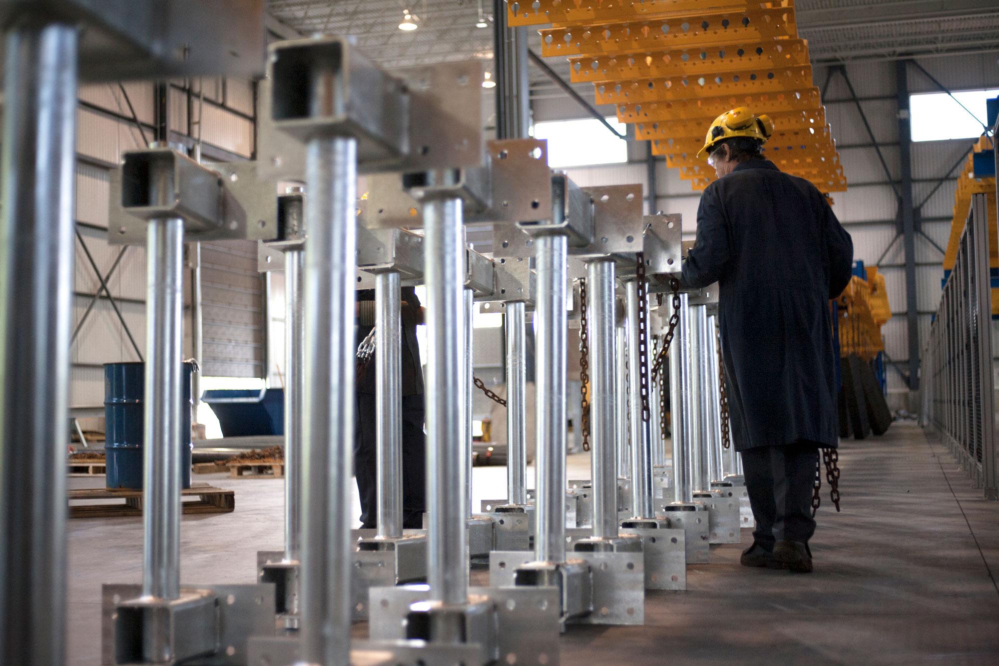 Manutention de pièces d'acier galvanisées | Service de galvanisation | ABM enviro.